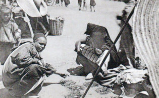 عام الجراد أو حينما أصبح الجراد أكلة شعبية.